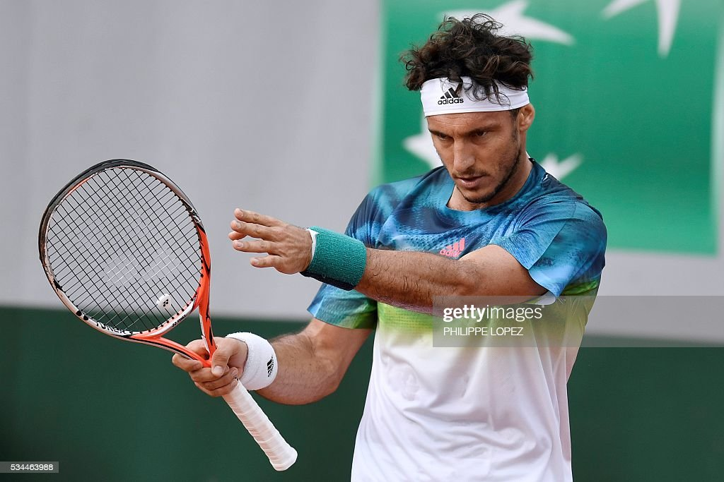Argentina's Juan Monaco reacts during his men's second round match against Spain's David Ferrer at the Roland Garros 2016 French Tennis Open in Paris on May 26, 2016. / AFP / PHILIPPE