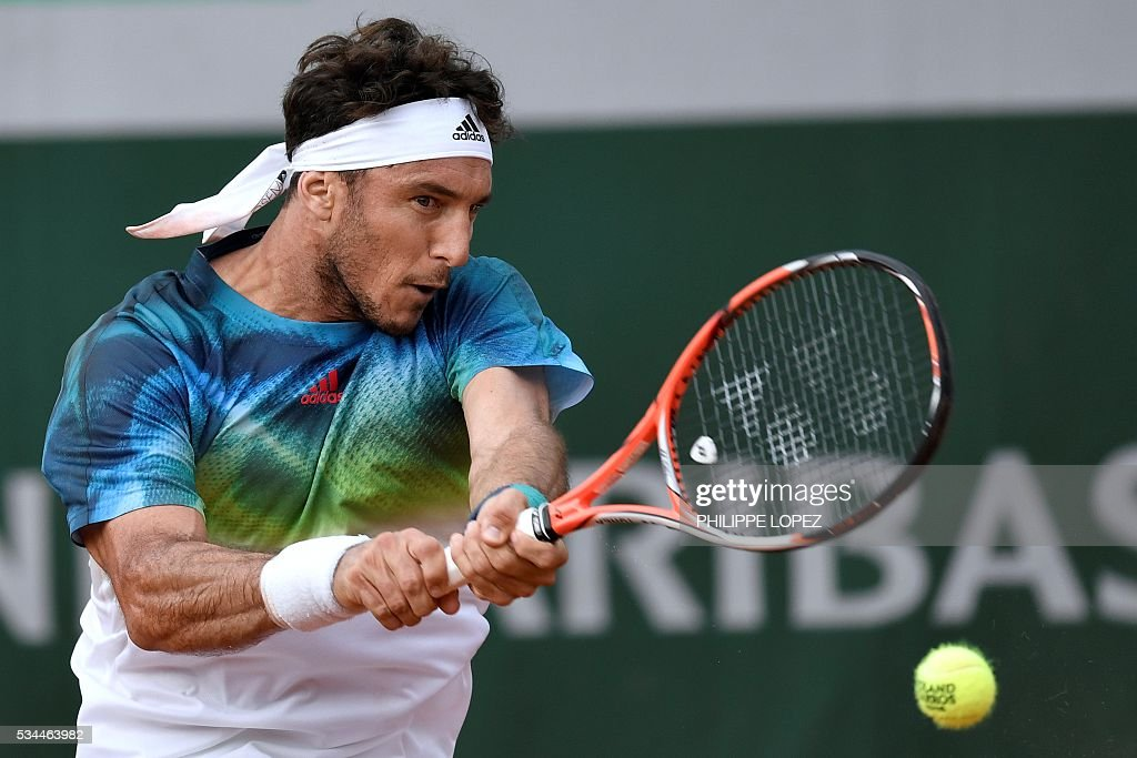 Argentina's Juan Monaco returns the ball to Spain's David Ferrer during their men's second round match at the Roland Garros 2016 French Tennis Open in Paris on May 26, 2016. / AFP / PHILIPPE