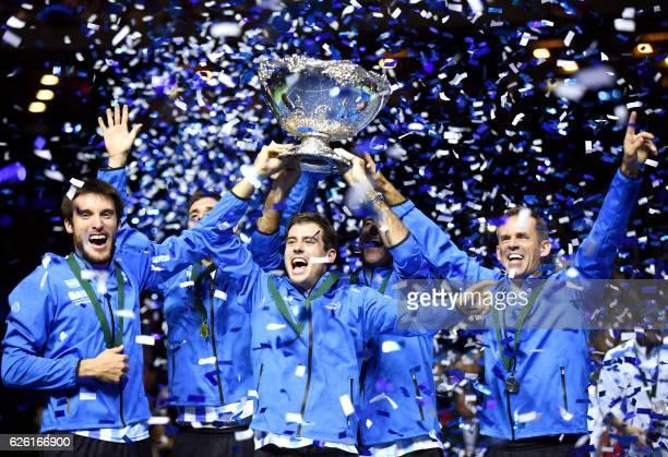 TOPSHOT Argentina's Leonardo Mayer Federico Delbonis Guido Pella Juan martin del Potro and coach Daniel Orsanic celebrate with the trophy after...