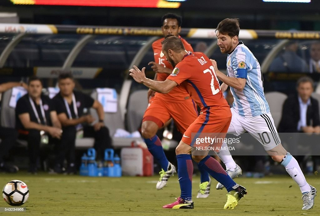 Argentina's Lionel Messi (R) and Chile's Marcelo Diaz vie for the ball during the Copa America Centenario final in East Rutherford, New Jersey, United States, on June 26, 2016. / AFP / NELSON