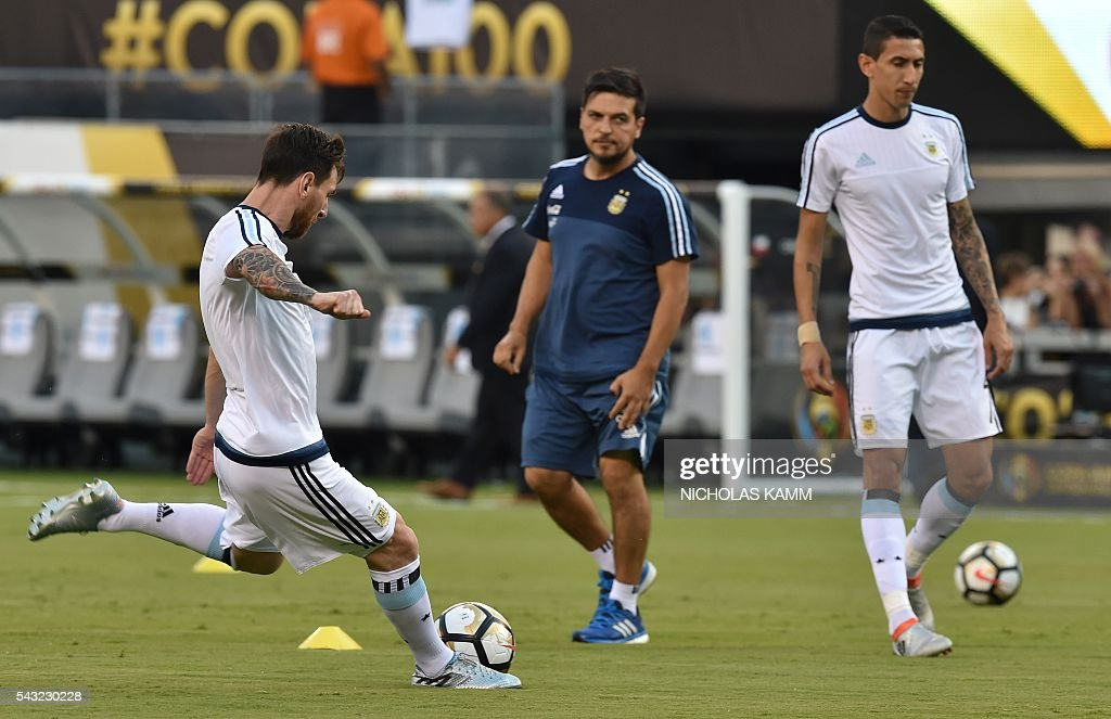 Argentina's Lionel Messi (L) and teammate Angel Di Maria (R) warm up before the start of the Copa America Centenario final against Chile in East Rutherford, New Jersey, United States, on June 26, 2016. / AFP / Nicholas KAMM