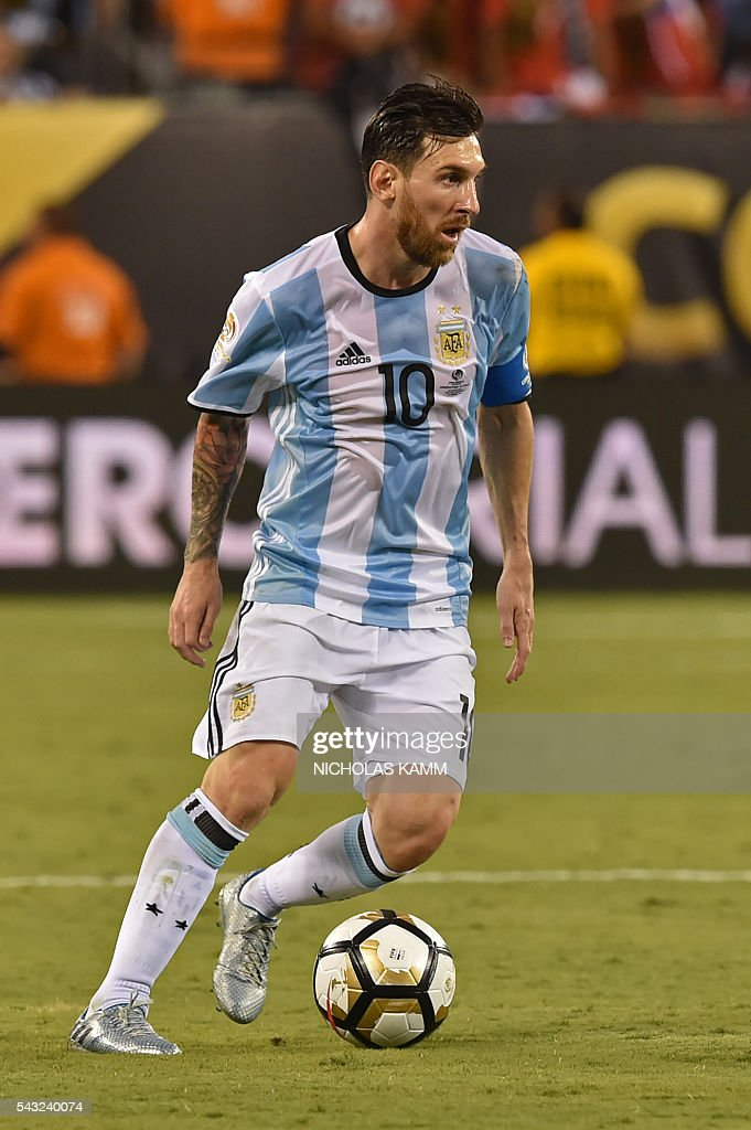 Argentina's Lionel Messi controls the ball during the Copa America Centenario final against Chile in East Rutherford, New Jersey, United States, on June 26, 2016. / AFP / Nicholas KAMM