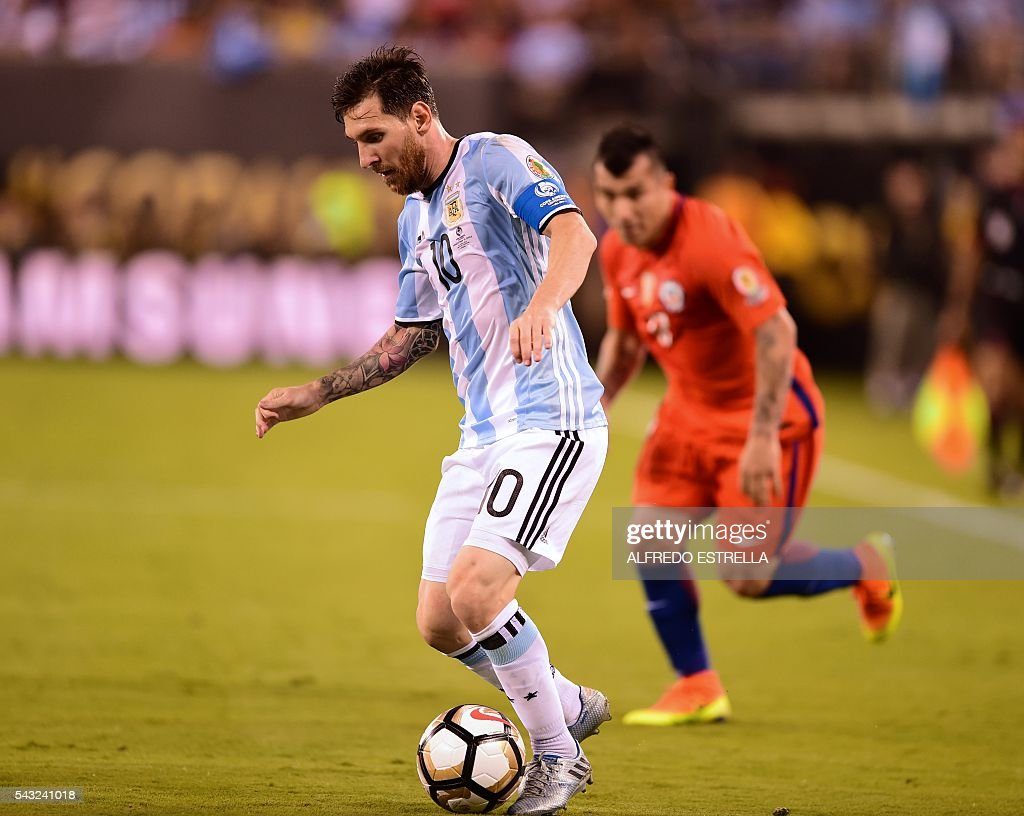 Argentina's Lionel Messi (L) controls the ball during the Copa America Centenario final against Chile in East Rutherford, New Jersey, United States, on June 26, 2016. / AFP / Alfredo ESTRELLA