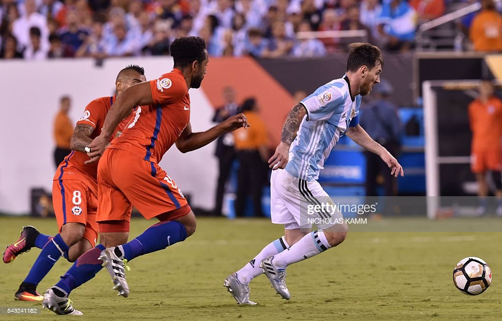 Argentina's Lionel Messi (R) controls the ball marked by Chile's Arturo Vidal (L) and Chile's Jean Beausejour during the Copa America Centenario final in East Rutherford, New Jersey, United States, on June 26, 2016. / AFP / Nicholas KAMM
