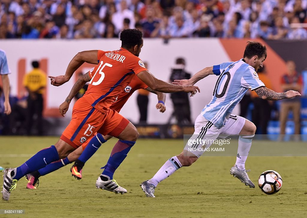 Argentina's Lionel Messi (R) controls the ball marked by Chile's Arturo Vidal and Chile's Jean Beausejour (15) during the Copa America Centenario final in East Rutherford, New Jersey, United States, on June 26, 2016. / AFP / Nicholas KAMM