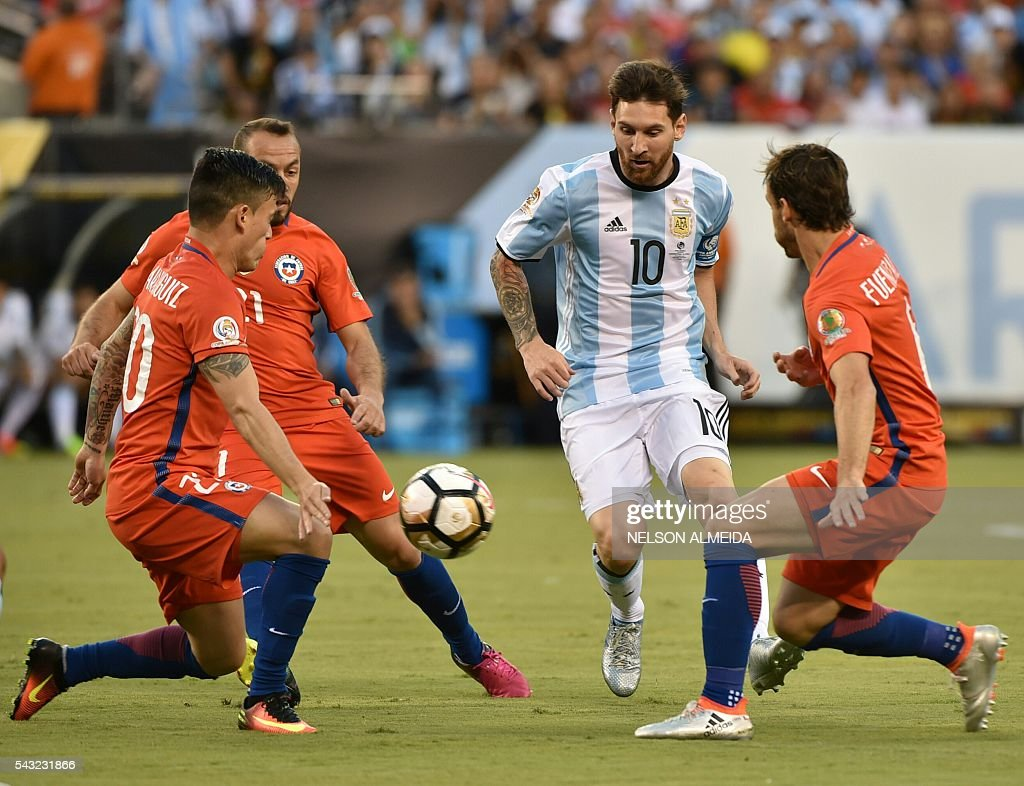 Argentina's Lionel Messi (2-R) drives the ball marked by Chile's Charles Aranguiz (L) during the Copa America Centenario final in East Rutherford, New Jersey, United States, on June 26, 2016. / AFP / NELSON