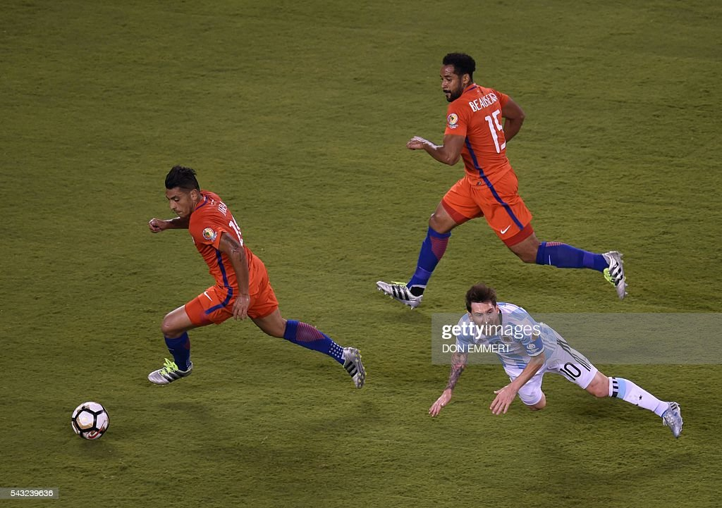 Argentina's Lionel Messi (R) falls as Chile's Gonzalo Jara controls the ball next to Chile's Jean Beausejour during the Copa America Centenario final in East Rutherford, New Jersey, United States, on June 26, 2016. / AFP / Don EMMERT