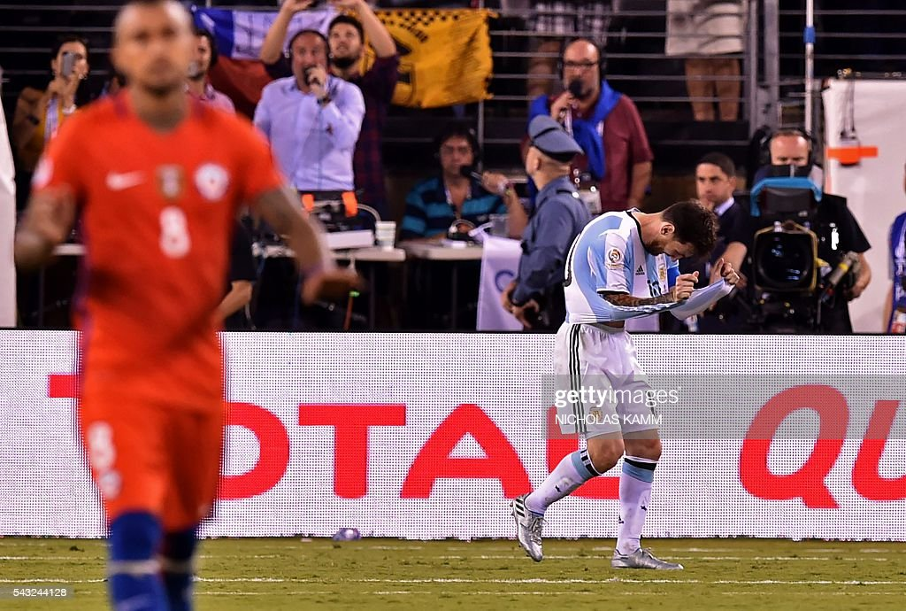 Argentina's Lionel Messi gestures after missing his shot during the penalty shoot-out against Chile during the Copa America Centenario final in East Rutherford, New Jersey, United States, on June 26, 2016. / AFP / Nicholas KAMM