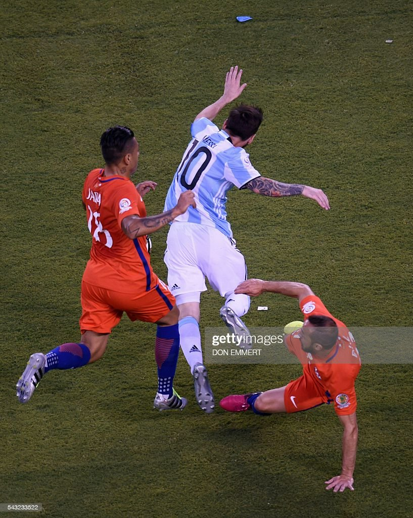 Argentina's Lionel Messi (C) is fouled by Chile's Marcelo Diaz (R) next to Chile's Gonzalo Jara during the Copa America Centenario final in East Rutherford, New Jersey, United States, on June 26, 2016. / AFP / Don EMMERT