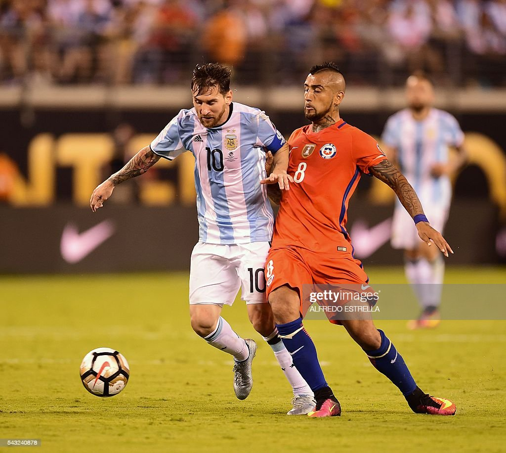 Argentina's Lionel Messi (L) is marked by Chile's Arturo Vidal during the Copa America Centenario final in East Rutherford, New Jersey, United States, on June 26, 2016. / AFP / Alfredo ESTRELLA