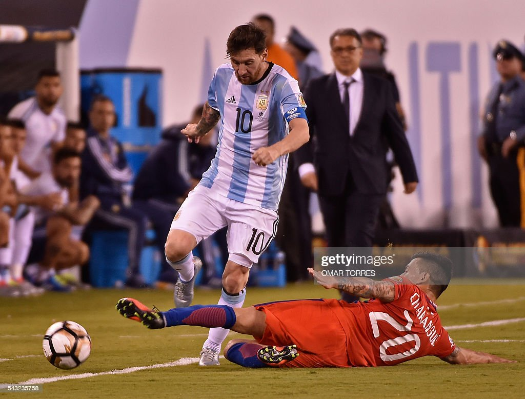 Argentina's Lionel Messi (L) is marked by Chile's Charles Aranguiz during the Copa America Centenario final in East Rutherford, New Jersey, United States, on June 26, 2016. / AFP / Omar TORRES
