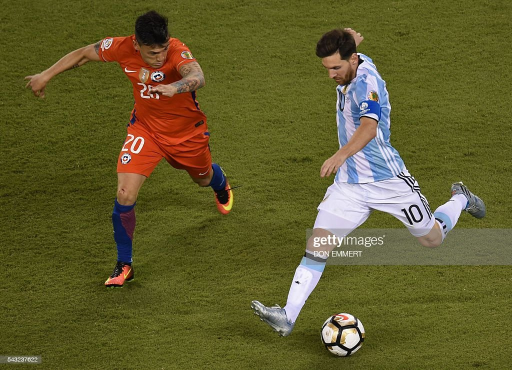Argentina's Lionel Messi (R) is marked by Chile's Charles Aranguiz during the Copa America Centenario final in East Rutherford, New Jersey, United States, on June 26, 2016. / AFP / Don EMMERT