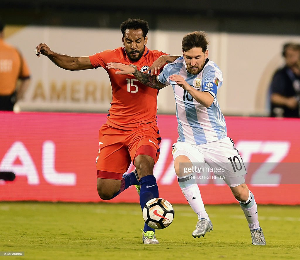 Argentina's Lionel Messi (R) is marked by Chile's Jean Beausejour during the Copa America Centenario final in East Rutherford, New Jersey, United States, on June 26, 2016. / AFP / Alfredo ESTRELLA