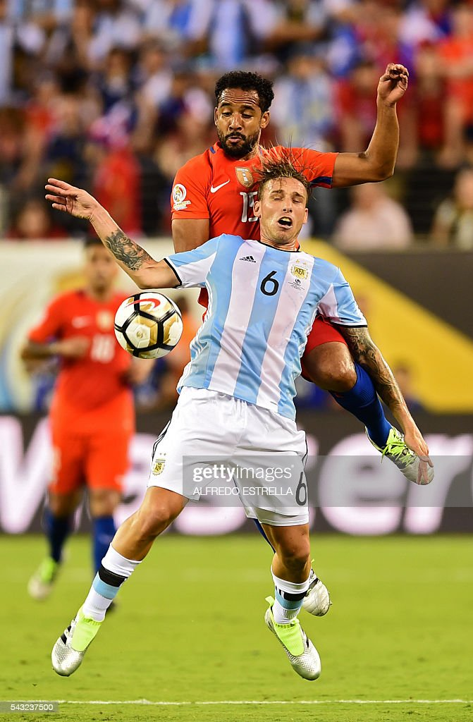 Argentina's Lucas Biglia (front) and Chile's Jean Beausejour vies for the ball during the Copa America Centenario final in East Rutherford, New Jersey, United States, on June 26, 2016. / AFP / Alfredo ESTRELLA