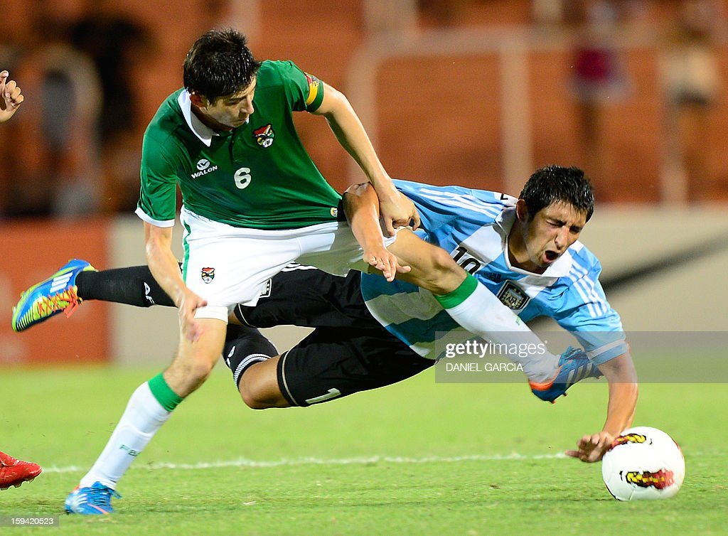 Argentina's midfielder Alan Ruiz (R) vies for the ball with Bolivia's midfielder Pedro Azogue during their Group A South American U-20 qualifier football match at Malvinas Argentinas stadium in Mendoza, Argentina, on January 13, 2013. Four teams will qualify for the FIFA U-20 World Cup Turkey 2013.