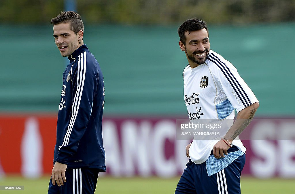 Argentina's midfielder Fernando Gago (L) and forward Ezequiel Lavezzi gesture during a training session in Ezeiza, Buenos Aires on March 19, 2013 ahead of the Brazil 2014 FIFA World Cup South American qualifier football match against Venezuela on March 22. AFP PHOTO / Juan Mabromata