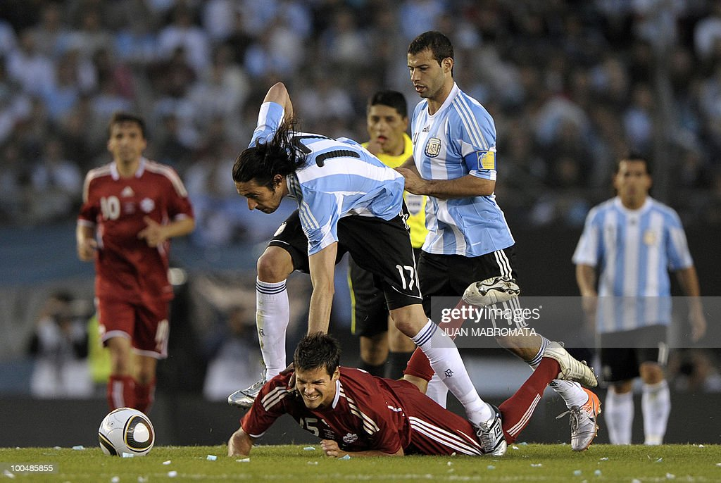 Argentina's midfielder Jonas Gutierrez (C-top) vies for the ball with Canada's midfielder Josh Simpson during a friendly football match at the Monumental stadium in Buenos Aires, on May 24, 2010. Argentina is flying to South Africa for the World Cup finals on Friday, and will play their first match against Nigeria on June 12 in Johannesburg. AFP PHOTO / Juan Mabromata