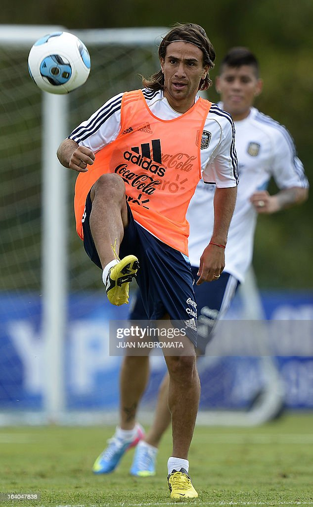 Argentina's midfielder Leonardo Ponzio controls the ball during a training session in Ezeiza, Buenos Aires on March 19, 2013 ahead of the Brazil 2014 FIFA World Cup South American qualifier football match against Venezuela on March 22. AFP PHOTO / Juan Mabromata