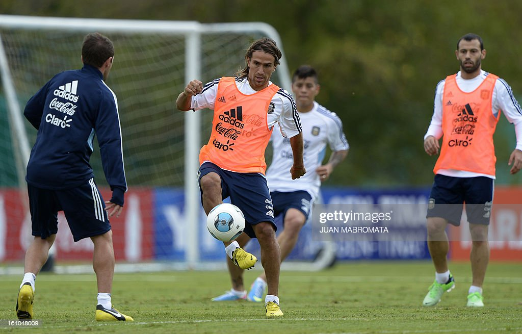 Argentina's midfielder Leonardo Ponzio (C) controls the ball during a training session in Ezeiza, Buenos Aires on March 19, 2013 ahead of the Brazil 2014 FIFA World Cup South American qualifier football match against Venezuela on March 22. AFP PHOTO / Juan Mabromata
