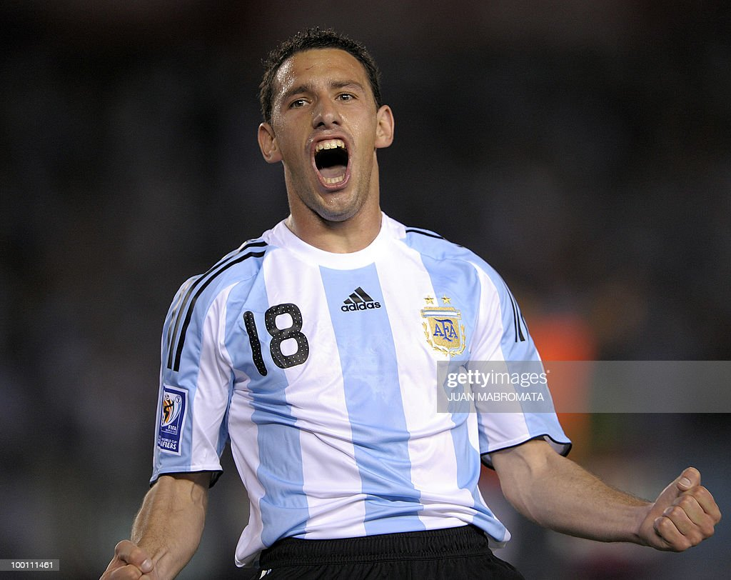 Argentina's midfielder Maximiliano Rodriguez celebrates after scoring the team's third goal against Venezuela during their FIFA World Cup South Africa-2010 qualifier football match at the Monumental stadium in Buenos Aires on March 28, 2009. AFP PHOTO / Juan MABROMATA