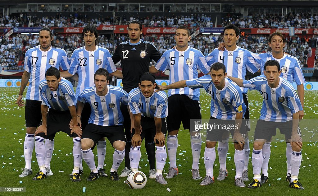 Argentina's national team footballers pose for pictures before a friendly match against Canada at the Monumental stadium in Buenos Aires, on May 24, 2010. Argentina is flying to South Africa for the World Cup finals on Friday, and will play their first match against Nigeria on June 12 in Johannesburg. AFP PHOTO/Alejandro PAGNI