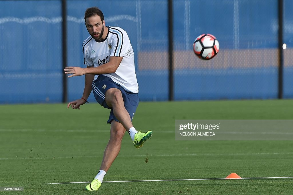 Argentina's national team player Gonzalo Higuain takes part in a training session at Quest Diagnostics training centre, in New Jersey on June 24, 2016. Argentina will face Chile on June 26 in their final match of the Copa America Centenario. / AFP / NELSON