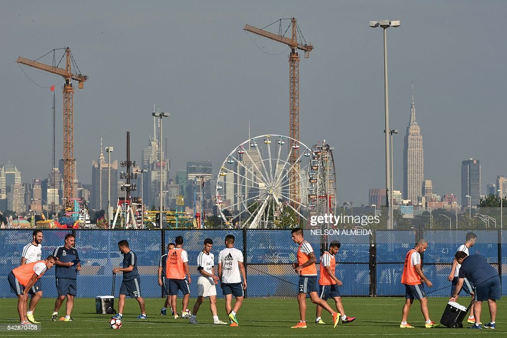 Argentina's national team players takes part in a training session at Quest Diagnostics training centre, in New Jersey on June 24, 2016. Argentina will face Chile on June 26 in their final match of the Copa America Centenario. / AFP / NELSON