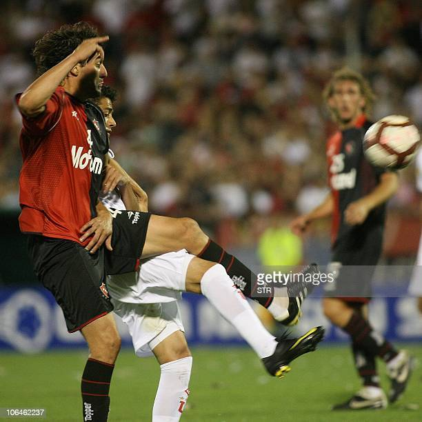 Argentina's Newell's Old Boys defender Agustin Alayes vies for the ball with Ecuador's Liga Deportiva Universitaria defender Norberto Araujo during...