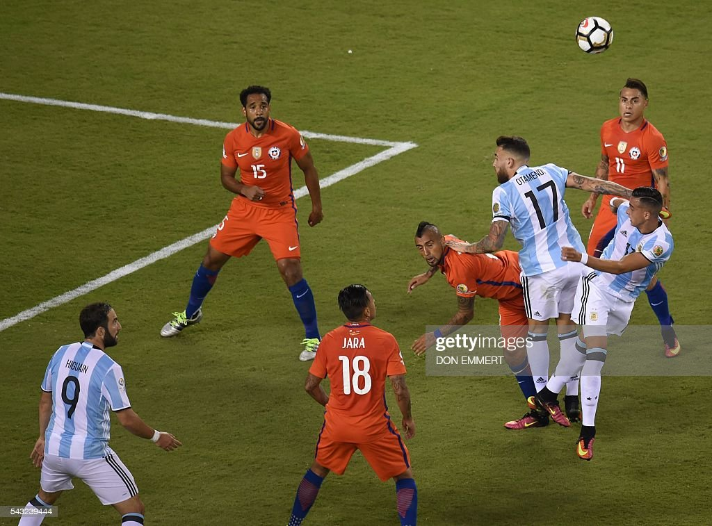 Argentina's Nicolas Otamendi (top-17) vies for the ball with Chile's Arturo Vidal during the Copa America Centenario final in East Rutherford, New Jersey, United States, on June 26, 2016. / AFP / Don EMMERT