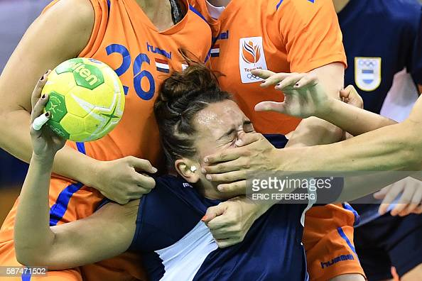 TOPSHOT Argentina's pivot Rocio Campigli vies with Dutch players during the women's preliminaries Group B handball match Argentina vs Netherlands for...