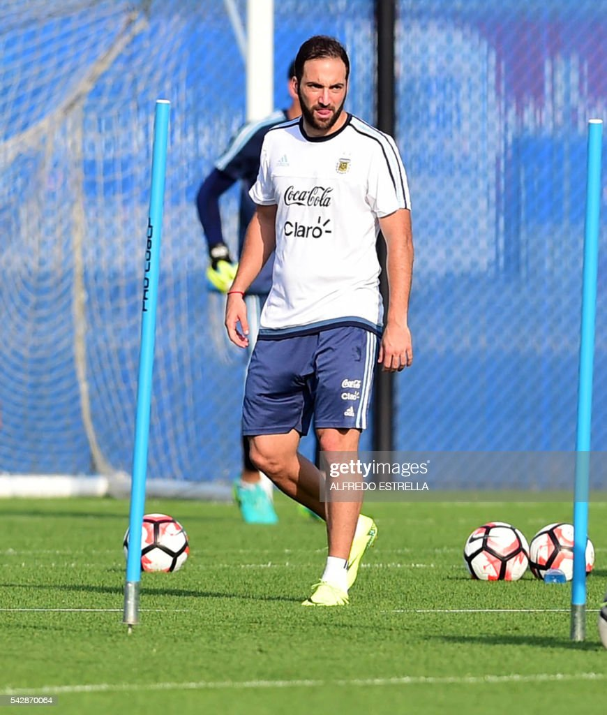 Argentina´s player Pablo Higuain practices during a training session at the Quest Diagnostics in Cape May, New Jersey, on June 24, 2016. Argentia will face Chile in their final match of the Copa America. / AFP / ALFREDO