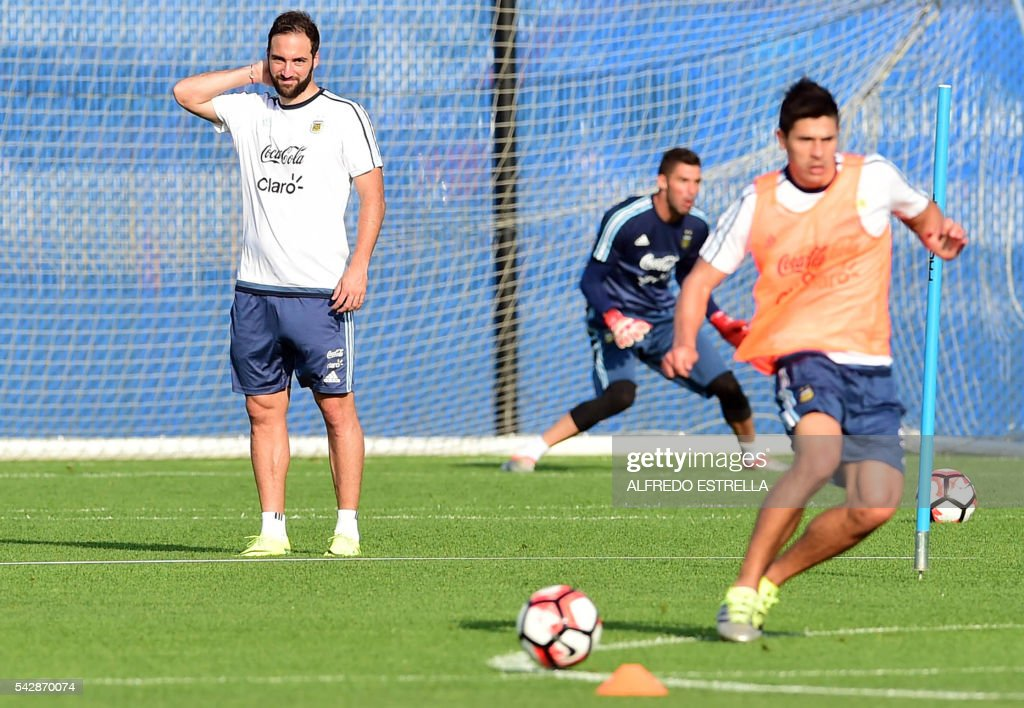 Argentina´s player Pablo Higuain (L) practices during a training session at the Quest Diagnostics in Cape May, New Jersey, on June 24, 2016. Argentia will face Chile in their final match of the Copa America. / AFP / ALFREDO
