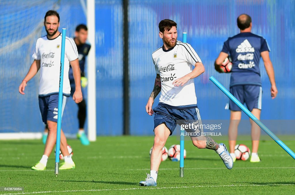 Argentina´s player Lionel Messi (R) and Pablo Higuain practice during a training session at the Quest Diagnostics in Cape May, New Jersey, on June 24, 2016. Argentia will face Chile in their final match of the Copa America. / AFP / ALFREDO