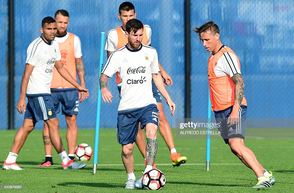 Argentina´s player Lionel Messi (C) practicse during a training session at the Quest Diagnostics in Cape May, New Jersey, on June 24, 2016. Argentia will face Chile in their final match of the Copa America. / AFP / ALFREDO