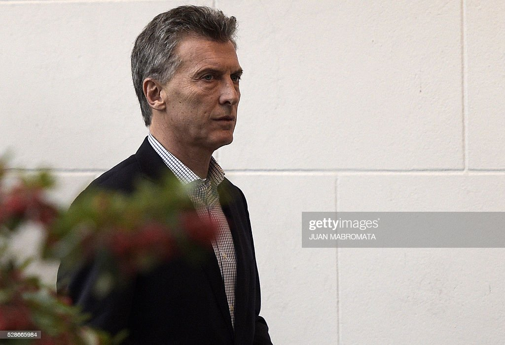 Argentina's President Mauricio Macri walks at the presidential residence before giving a press conference for the foreign press in Olivos, Buenos Aires on May 6, 2016. / AFP / JUAN