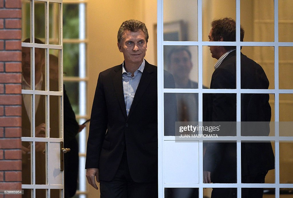 Argentina's President Mauricio Macri walks out of the presidential residence before giving a press conference for the foreign press in Olivos, Buenos Aires on May 6, 2016. / AFP / JUAN