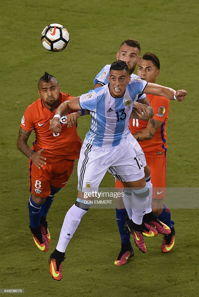 Argentina's Ramiro Funes Mori heads the ball next to Chile's Arturo Vidal (L) during the Copa America Centenario final in East Rutherford, New Jersey, United States, on June 26, 2016. / AFP / Don EMMERT