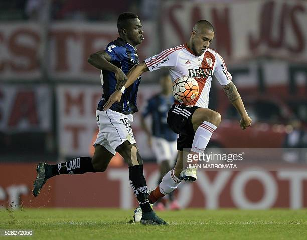 Argentina's River Plate defender Jonathan Maidana vies for the ball with Ecuador's Independiente del Valle forward Jose Angulo during their Copa...