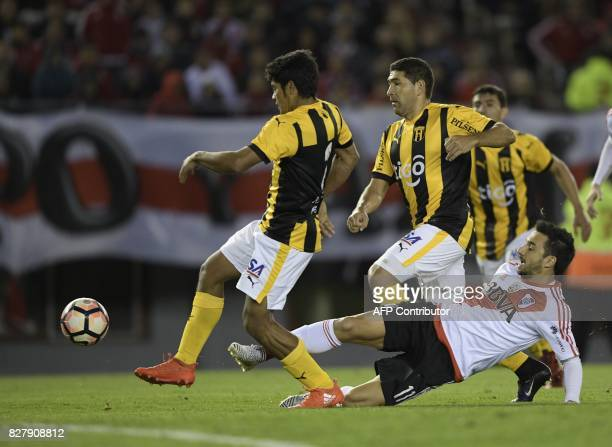 Argentina's River Plate forward Ignacio Scocco vies for the ball with Paraguay's Guarani defender Robert Rojas during their Copa Libertadores 2017...