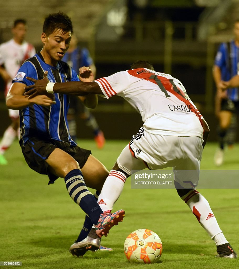 Argentinas River Plate player Abel Casquete (R) vies for the ball with Juan Mendez of Chile's Huachipato during their Copa Libertadores U20 football match at the Club Olimpia Stadium in Asuncion, Paraguay, on February 7, 2016. AFP PHOTO / Norberto Duarte / AFP / NORBERTO DUARTE