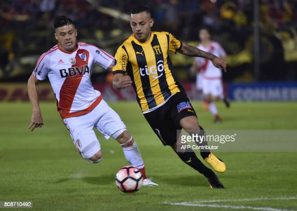 Argentina's River Plate player Jorge Moreira vies for the ball with Luis de la Cruz of Paraguay's Guarani during their Copa Libertadores 2017...