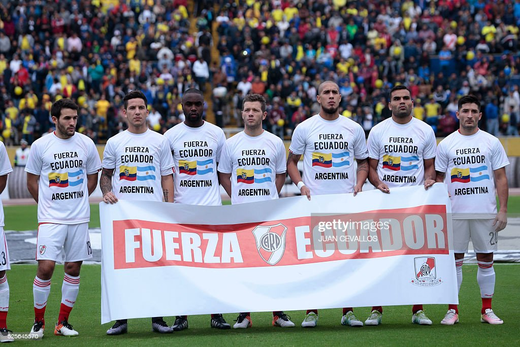 Argentinas River Plate shows a special shirt to honor the victims of the earthquake in the province of Manabi in Ecuador, on his match against Ecuadors Independiente del Valle during a Copa Libertadores football match at Atahualpa Stadium in Quito on April 28, 2016. / AFP / JUAN