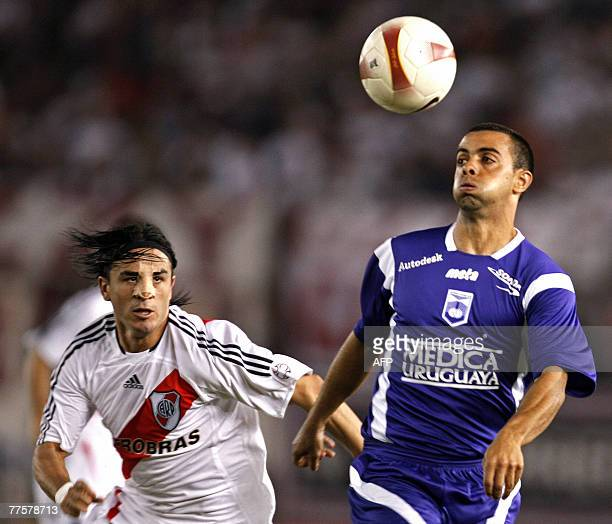 Argentina's River Plate's forward Mauro Rosales vies for the ball with Uruguay's Defensor Sporting forward Diego De Souza during their Copa...