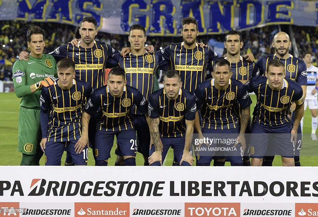 Argentina's Rosario Central football team poses during their Copa Libertadores 2016 round before the quarterfinals second leg football match against Brazil's Gremio at the 'Gigante de Arroyito' stadium in Rosario, Santa Fe, Argentina, on May 5, 2016. / AFP / JUAN
