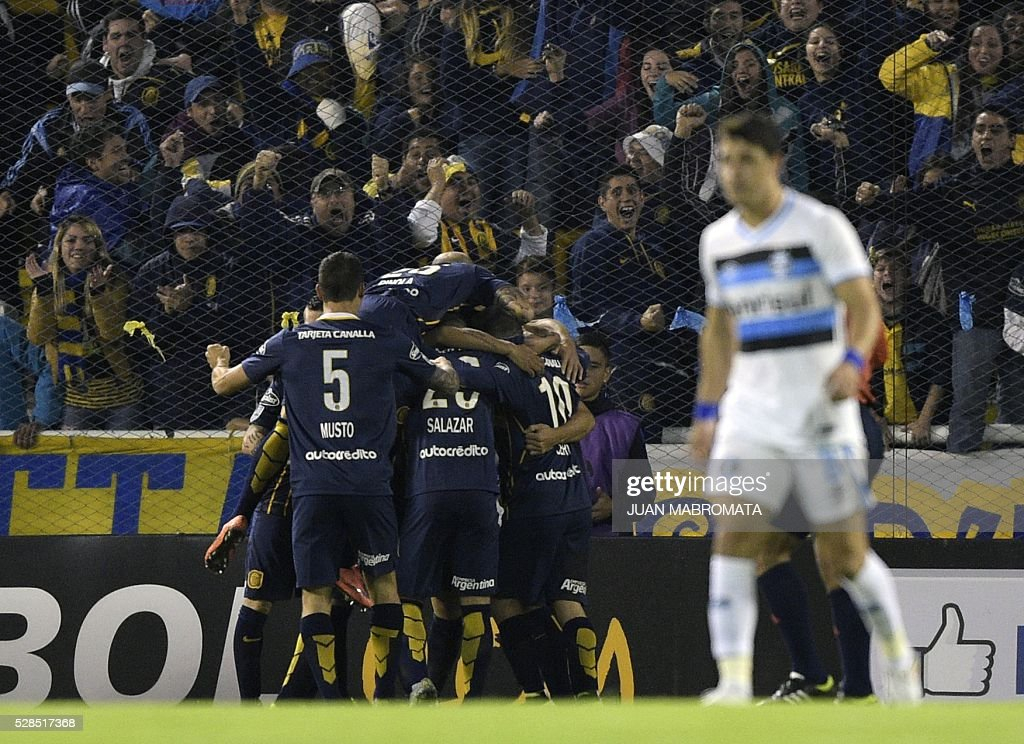 Argentina's Rosario Central footballers celebrate a goal scored by teammate forward Marco Ruben during their Copa Libertadores 2016 round before the quarterfinals second leg football match against Brazil's Gremio at the 'Gigante de Arroyito' stadium in Rosario, Santa Fe, Argentina, on May 5, 2016. / AFP / JUAN