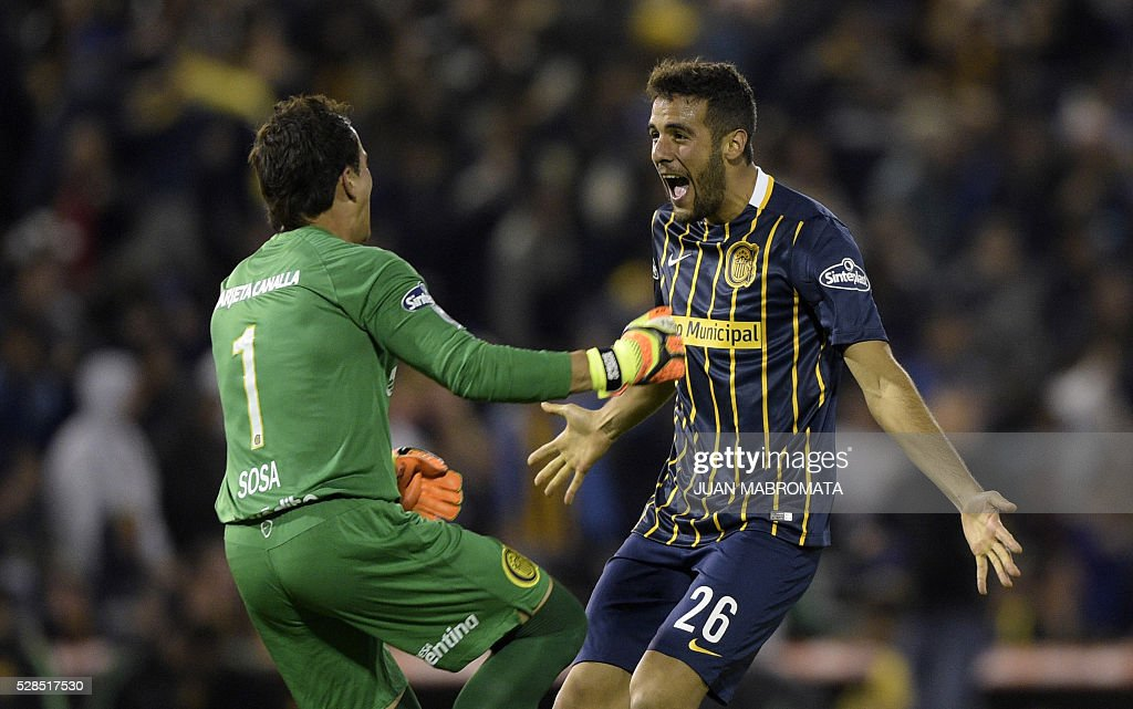 Argentina's Rosario Central goalkeeper Sebastian Sosa (L) and defender Esteban Burgos celebrate the goal scored by teammate forward Marco Ruben (out of frame) during their Copa Libertadores 2016 round before the quarterfinals second leg football match at the 'Gigante de Arroyito' stadium in Rosario, Santa Fe, Argentina, on May 5, 2016. / AFP / JUAN