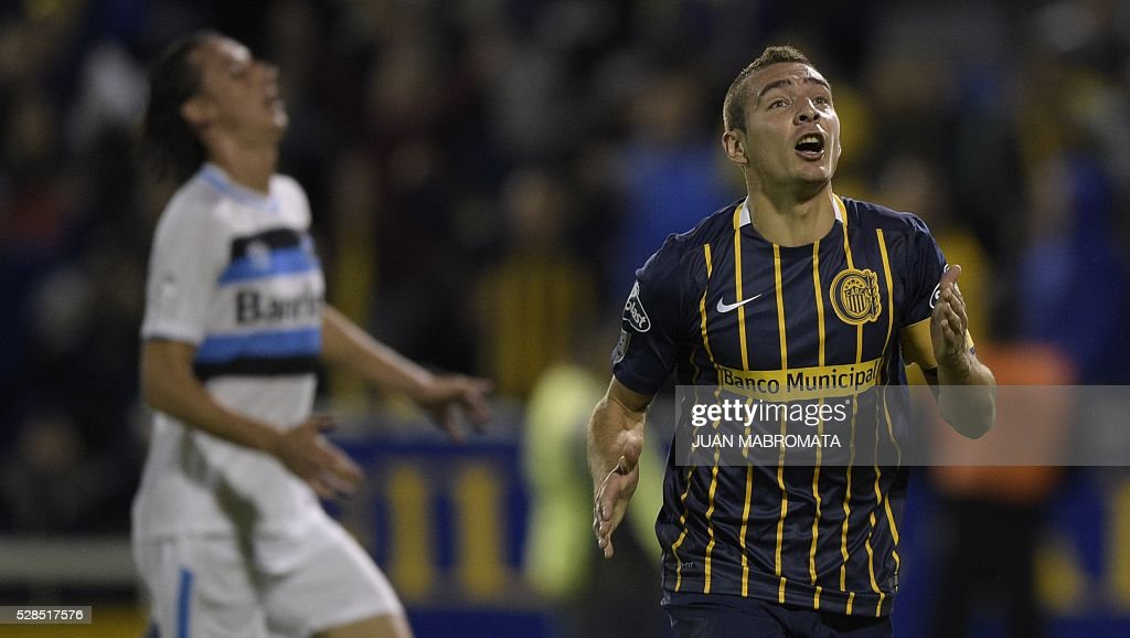 Argentina's Rosario forward Marco Ruben celebrates after scoring his team's second goal against Brazil's Gremio during their Copa Libertadores 2016 round before the quarterfinals second leg football match at the 'Gigante de Arroyito' stadium in Rosario, Santa Fe, Argentina, on May 5, 2016. / AFP / JUAN