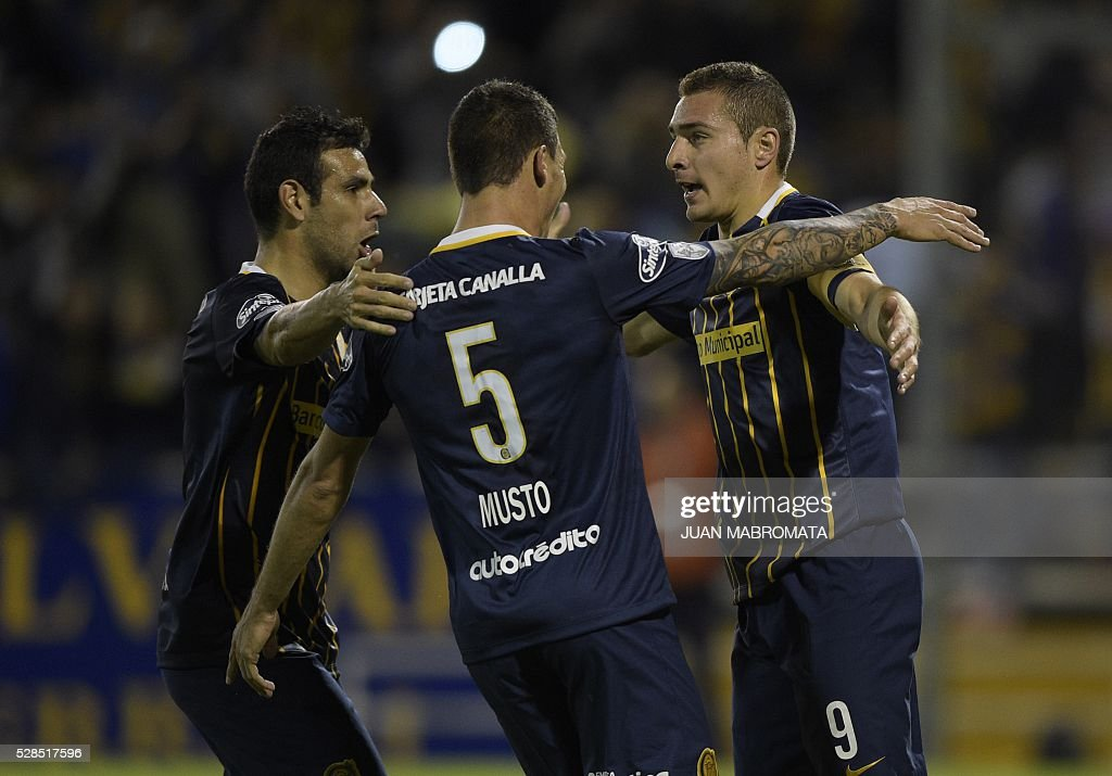 Argentina's Rosario forward Marco Ruben (R) celebrates with teamamtes after scoring the team's second goal against Brazil's Gremio during their Copa Libertadores 2016 round before the quarterfinals second leg football match at the 'Gigante de Arroyito' stadium in Rosario, Santa Fe, Argentina, on May 5, 2016. / AFP / JUAN