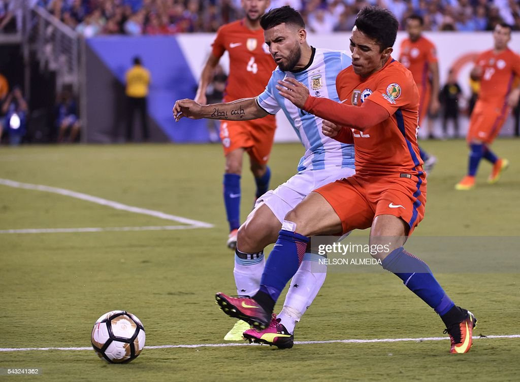 Argentina's Sergio Aguero (L) vies for the ball with Chile's Edson Puch during the Copa America Centenario final in East Rutherford, New Jersey, United States, on June 26, 2016. / AFP / NELSON