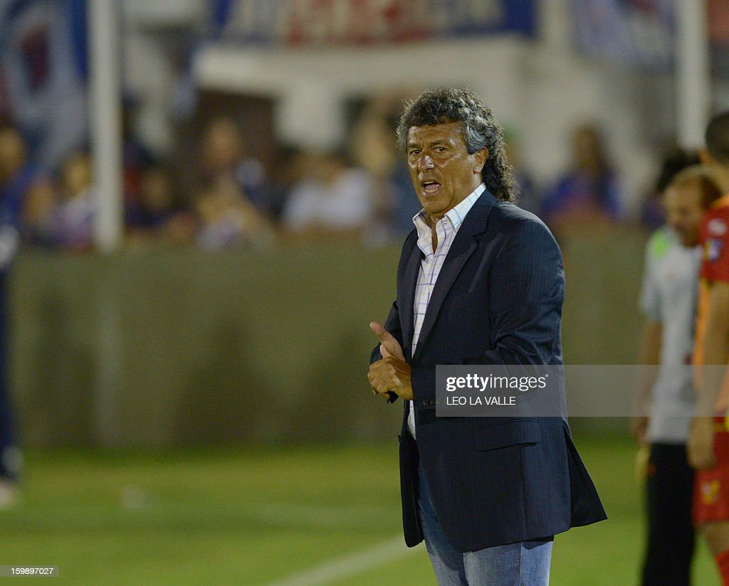 Argentina's Tigre head coach Nestor Gorosito gives instructions to players during their 2013 Copa Libertadores football match against Venezuela´s Deportivo Anzoategui in Victoria, Buenos Aires, on January 22, 2013. AFP PHOTO/Leo LA VALLE